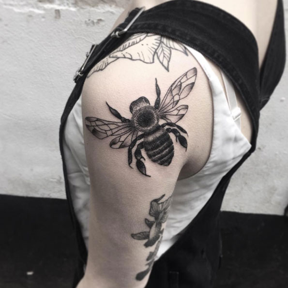 back-shoulder-bee-tattoo