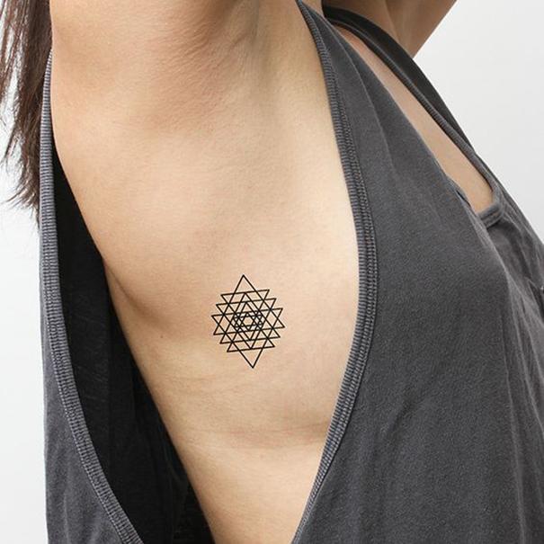 Tatuaggio triangolo tante foto e i loro significati for Essere minimalisti