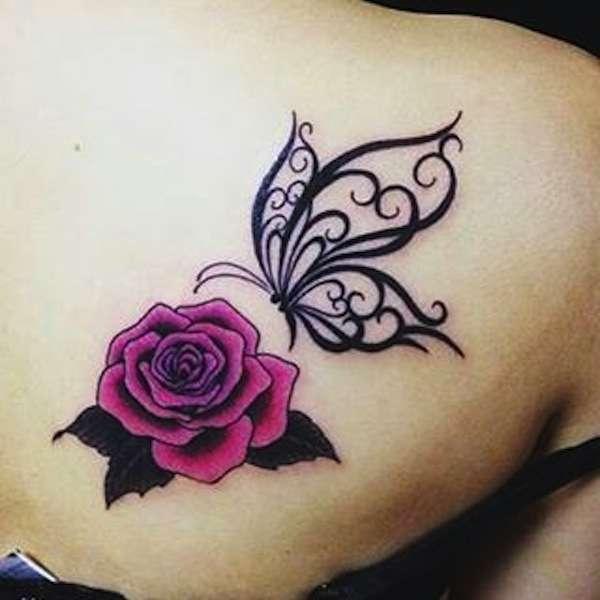 tatuaggio-con-farfalla-tribale-e-rosa