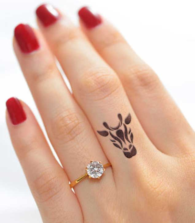 giraffe-finger-tattoo