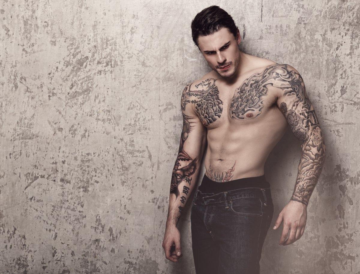 tatuaggi sulle spalle e sul petto